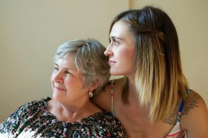 Une grand-mère à côté de sa petite fille.