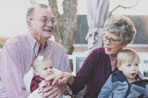 Un couple de grands-parents qui tiens dans ses bras des bébés.