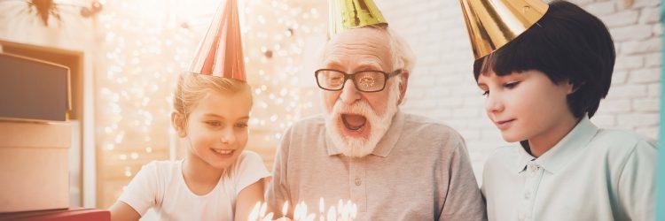 Grand-père et ses petits-enfants qui fête un anniversaire.