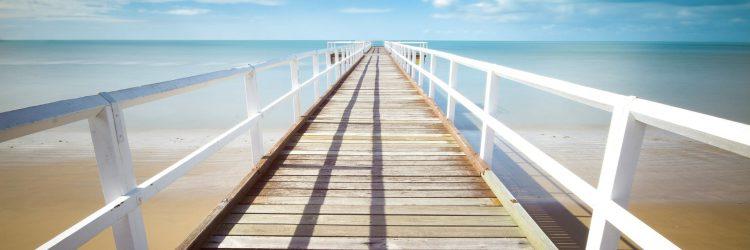 Perspective d'un pont ensoleillé près de la mer.