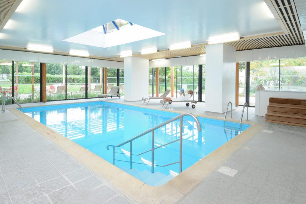 piscine aménagée dans complexe hôtelier