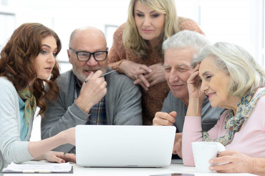 groupe de seniors autour d'un ordinateur