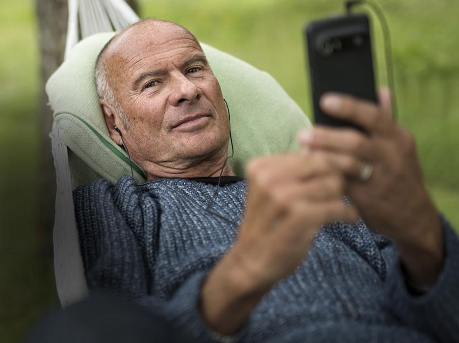 Portrait senior avec son téléphone Doro