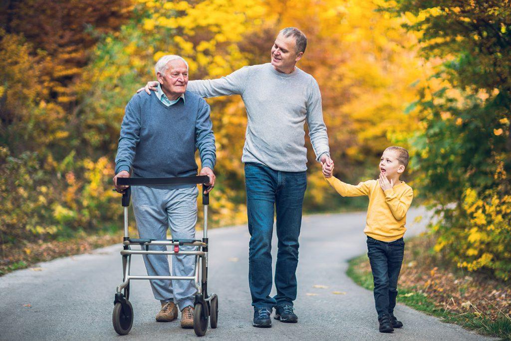 Trois générations se promènent ensemble