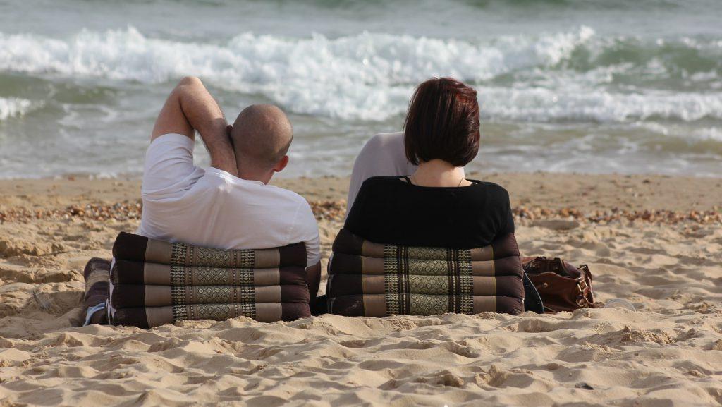 un couple se repose sur la plage