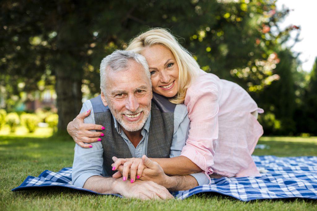 Couple allongé dans un parc par une journée de beau temps