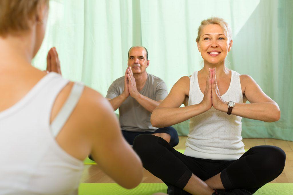 Couple de seniors en séance de Yoga