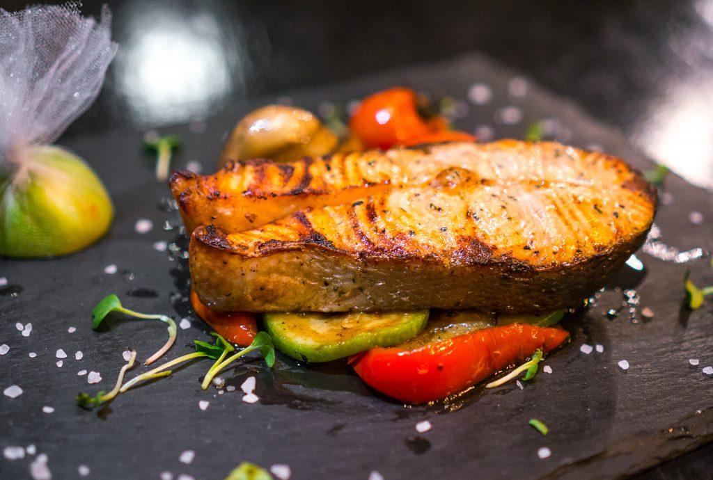 Plat composé d'une tranche de Thon grillé au barbecue avec légumes rôtis