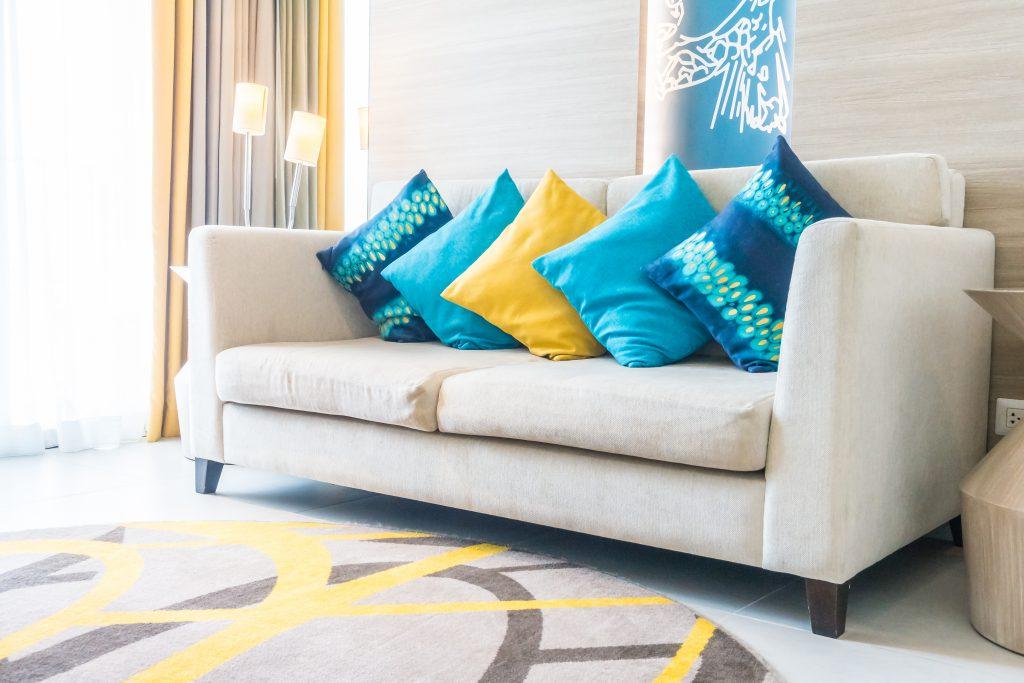Photo d'un salon aménagé avec un canapé ergonomique et des coussins colorés