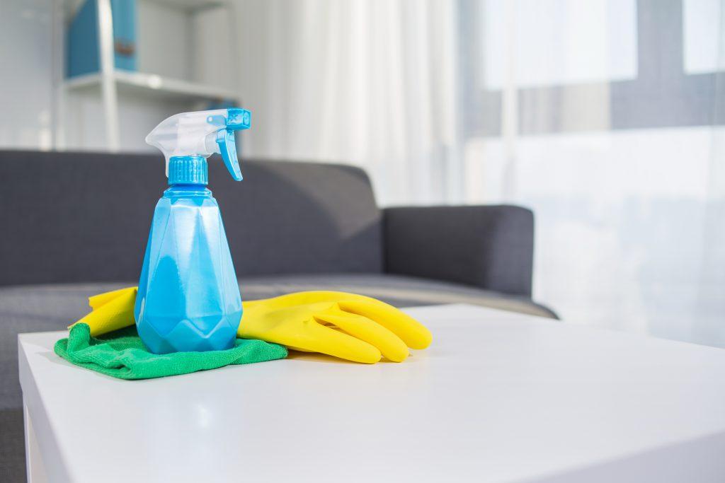 Pulvérisateur avec du vinaigre blanc pour nettoyer l'intérieur de sa maison