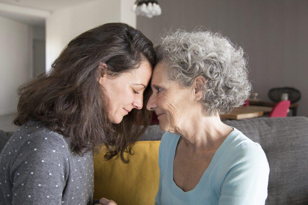 Une mère et sa fille en train de partager un moment de complicité