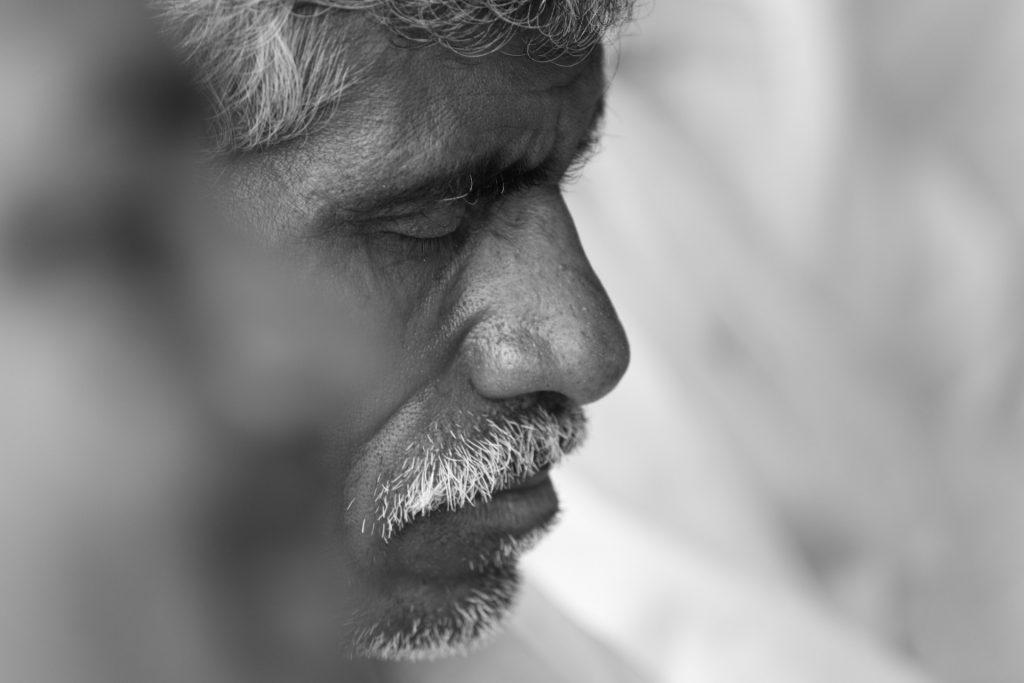 portrait noir et blanc d'un senior fermant les yeux