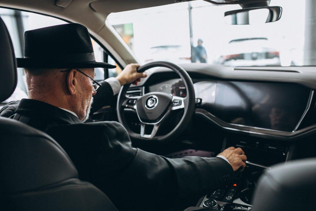 Un homme assis à l'intérieur d'une  voiture