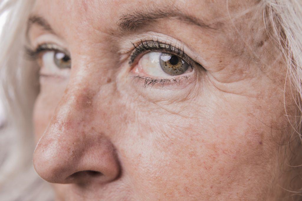 Gros plan sur le visage d'une femme âgée.