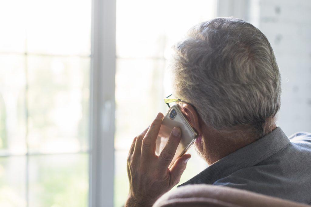résident d'un EHPAD qui discute au téléphone