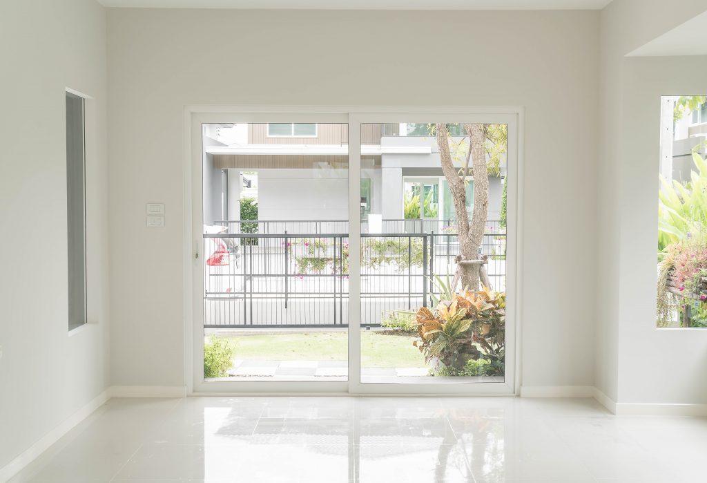 Veamos una pieza en una casa con una ventana.
