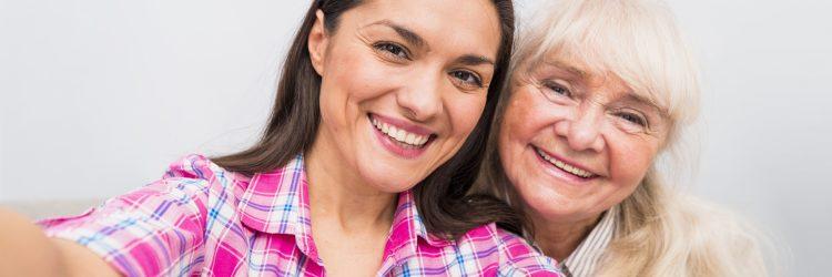 Jeune femme en selfie avec une personne âgée.