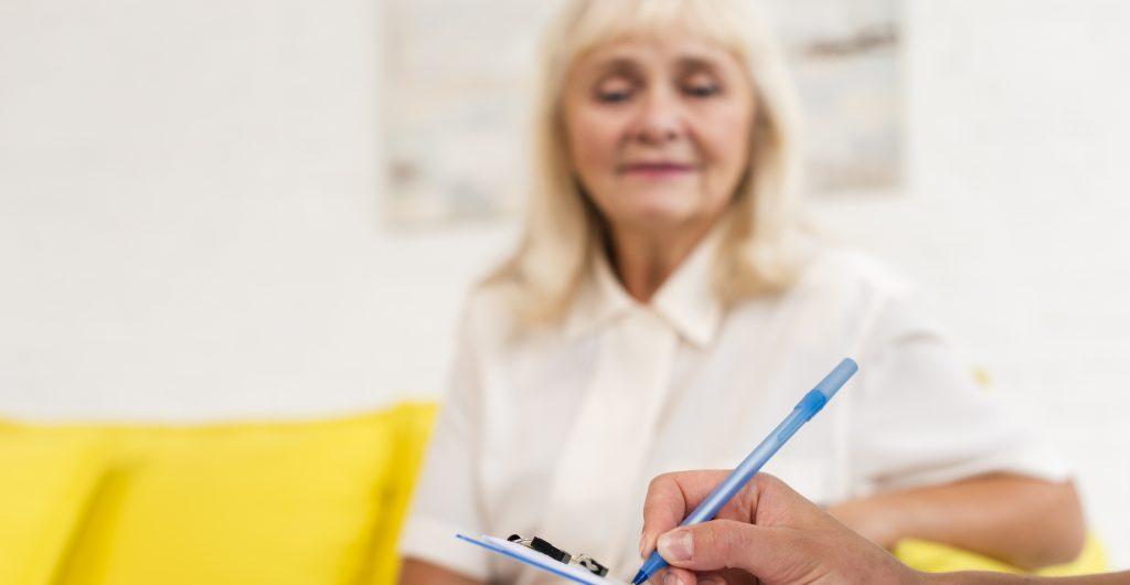 Abuela mirando alguien escribir